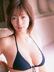Enticing gravure hottie with big voluptuous melons in a bikini