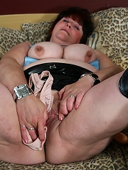 Big mature mama playing and getting wet