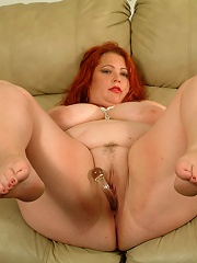 Fat gingerhead plugs pussy with a glass sex toy