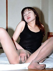 Busty asian amat dildos her mature pussy